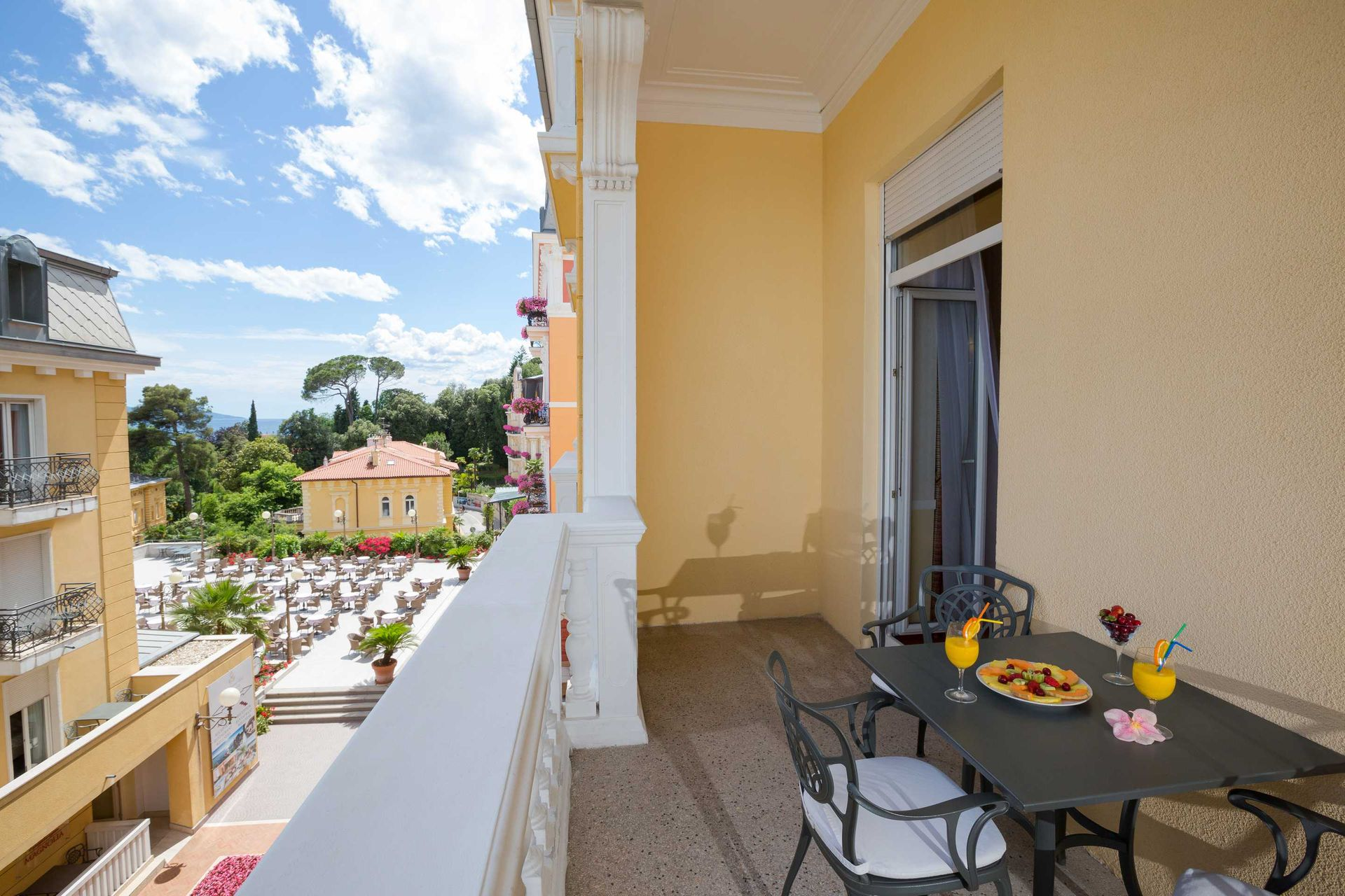 Suite 40 m² Courtyard/Garden View and Balcony-3