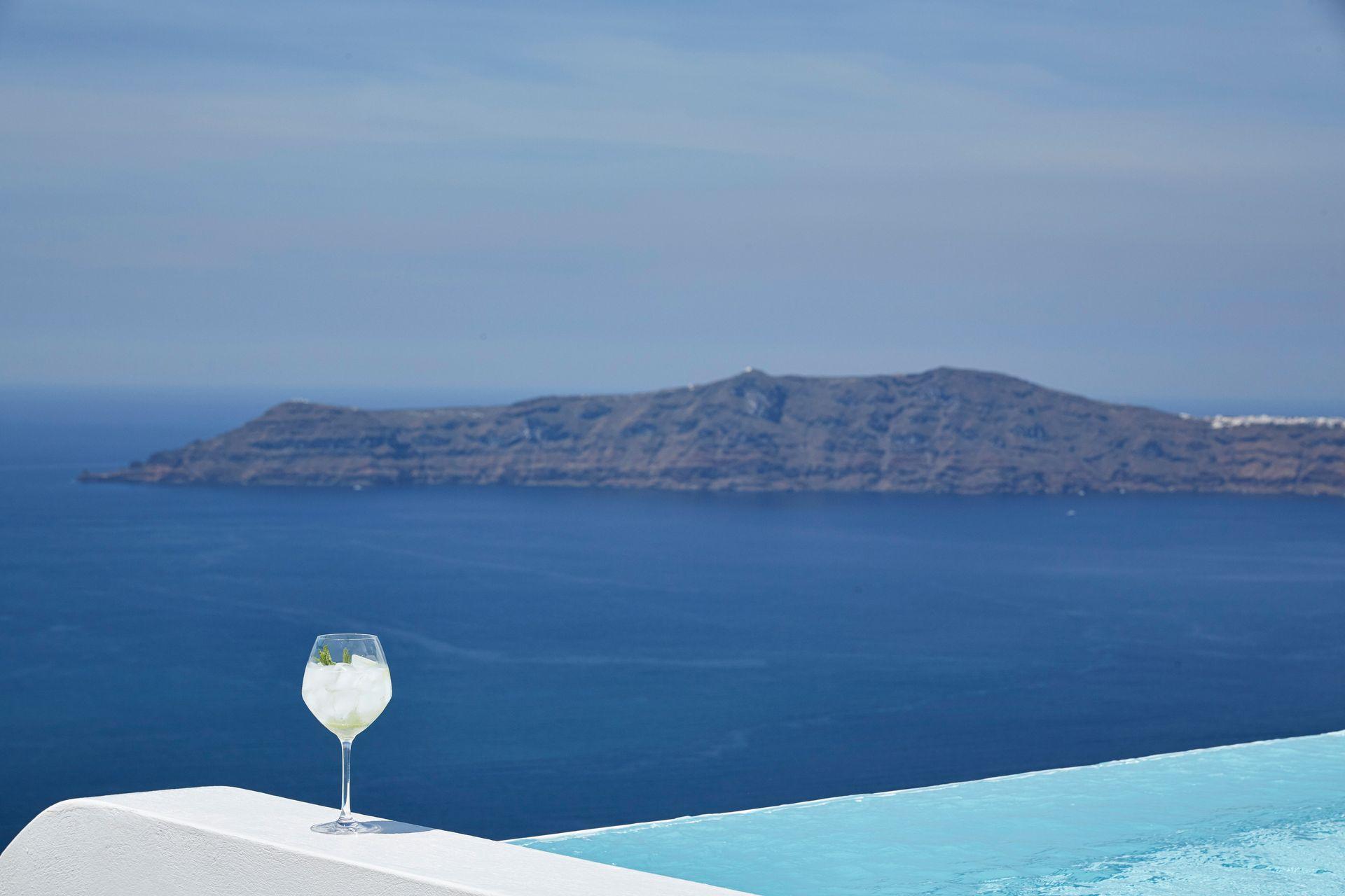 Executive 3 Bedroom Villa with Outdoor Pool and Caldera View
